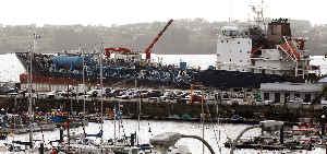 Tanker 'Blue Star' im geschützten Hafen