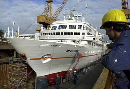 111 Meter langes Vier-Sterne-Schiff, das der Monsterwelle standhielt: Die MS Bremen der Hapag-Lloyd